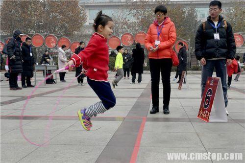 来自山大二幼5岁半的孙嘉嫙小朋友冒寒风来参赛