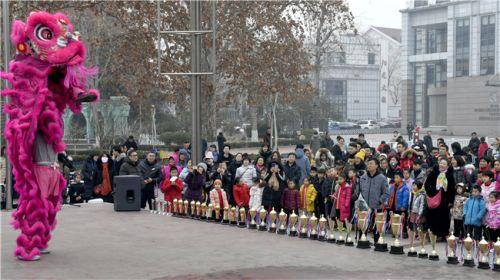 选手和观众们被开幕式上的舞狮表演所吸引。 (1)