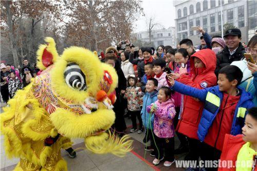 选手和观众们被开幕式上的舞狮表演所吸引。 (2)