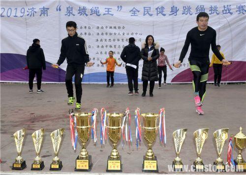 淄博选手王世森(前排左)北京选手齐景龙(前排右)在比赛中